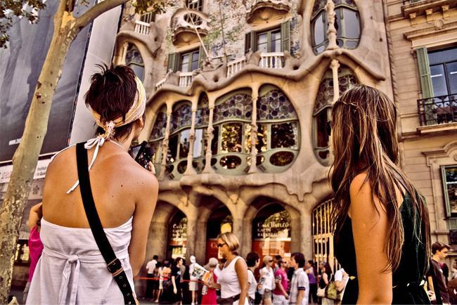 Tourist guide explaining Casa Batlló's façade