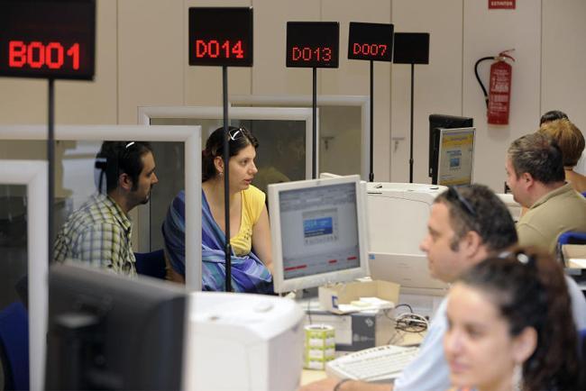 Operatori al lavoro all'Oficina de Extranjeria