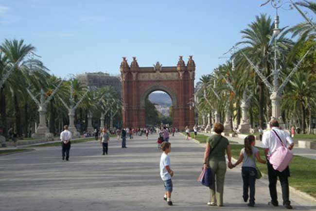 Famiglia che passeggia davanti all'Arco di Trionfo