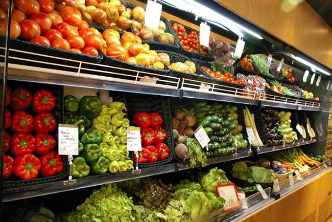 Estantería de vegetales en un supermercado de Barcelona