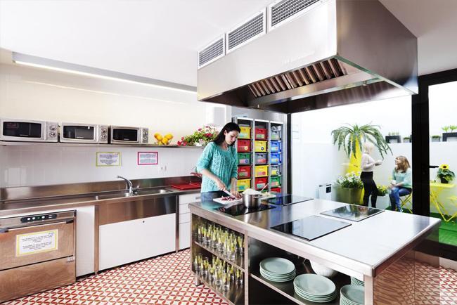 La cucina condivisa di Amistat Beach Hostel
