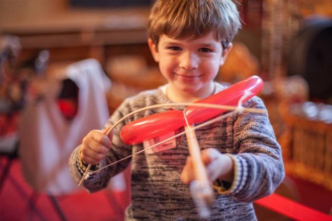 Bambino che prova uno strumento al Museo della Musica