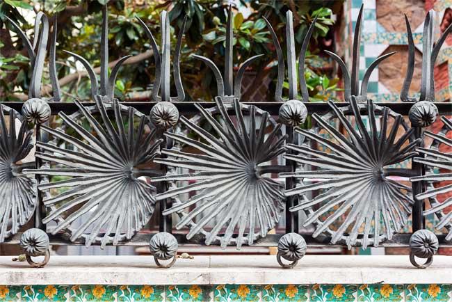 Dettaglio del cancello in ferro battuto di Casa Vicens