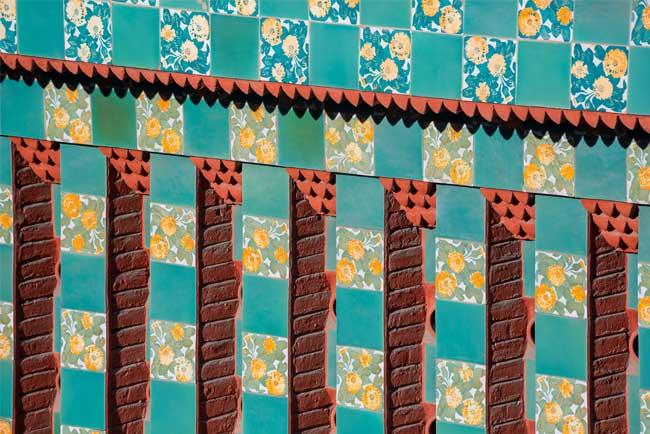 Il dettaglio dei fiori gialli sulle piastrelle della facciata