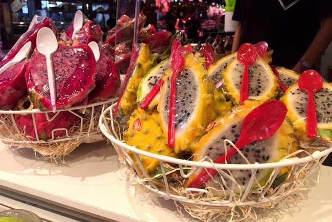 Frutta esotica da asporto alla Boqueria