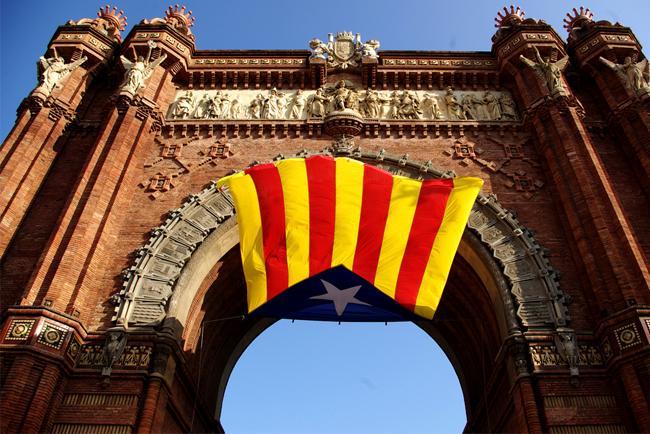 La bandiera della Catalogna sull'Arco di Trionfo di Barcellona