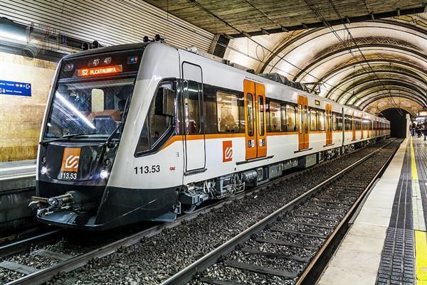 Un treno del Ferrocarril direzione Plaza Catalunya